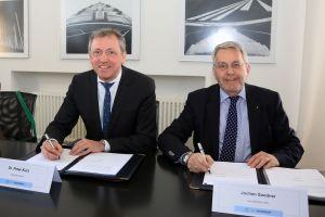Bei der Unterzeichnung der Verträge: OB Kurz und DBG-Geschäftsführer Sandner